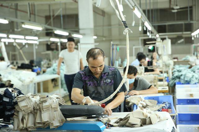 """探访深圳南油产业带的服装巨头 服装产品""""出厂记"""""""